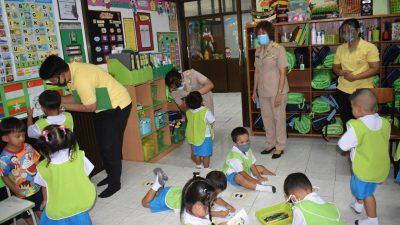 เข้าเยี่ยมชมการปฏิบัติงานของศูนย์พัฒนาเด็กเล็กเทศบาลตำบลโชคชัย ในการเปิดเรียนวันเเรก ของภาคเรียนที่ 1 ปีการศึกษา 2564